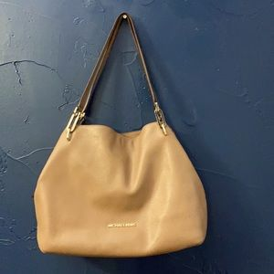 Michael Kors Shoulder bag  in good condition it's Light brown color very pretty